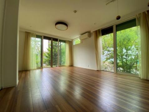 床暖房付き明るいリビング